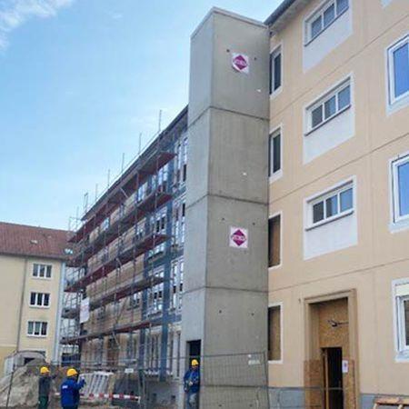 Zwei Aufzugsschächte an Bestandswohnhaus, Hoyerswerda