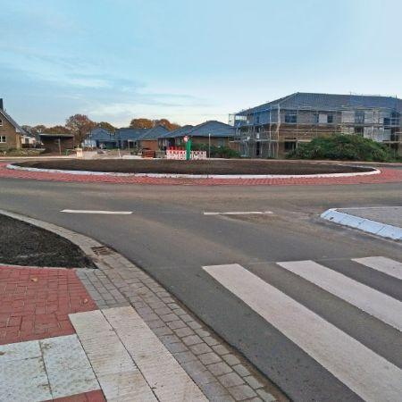 Kreisverkehr-Innenring aus eingefärbten Fertigteilen, Großkneten